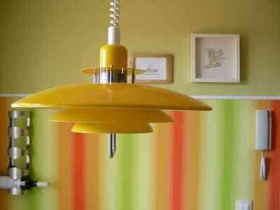 lámpara 60s cocina y papel vinílico a rayas en la pared