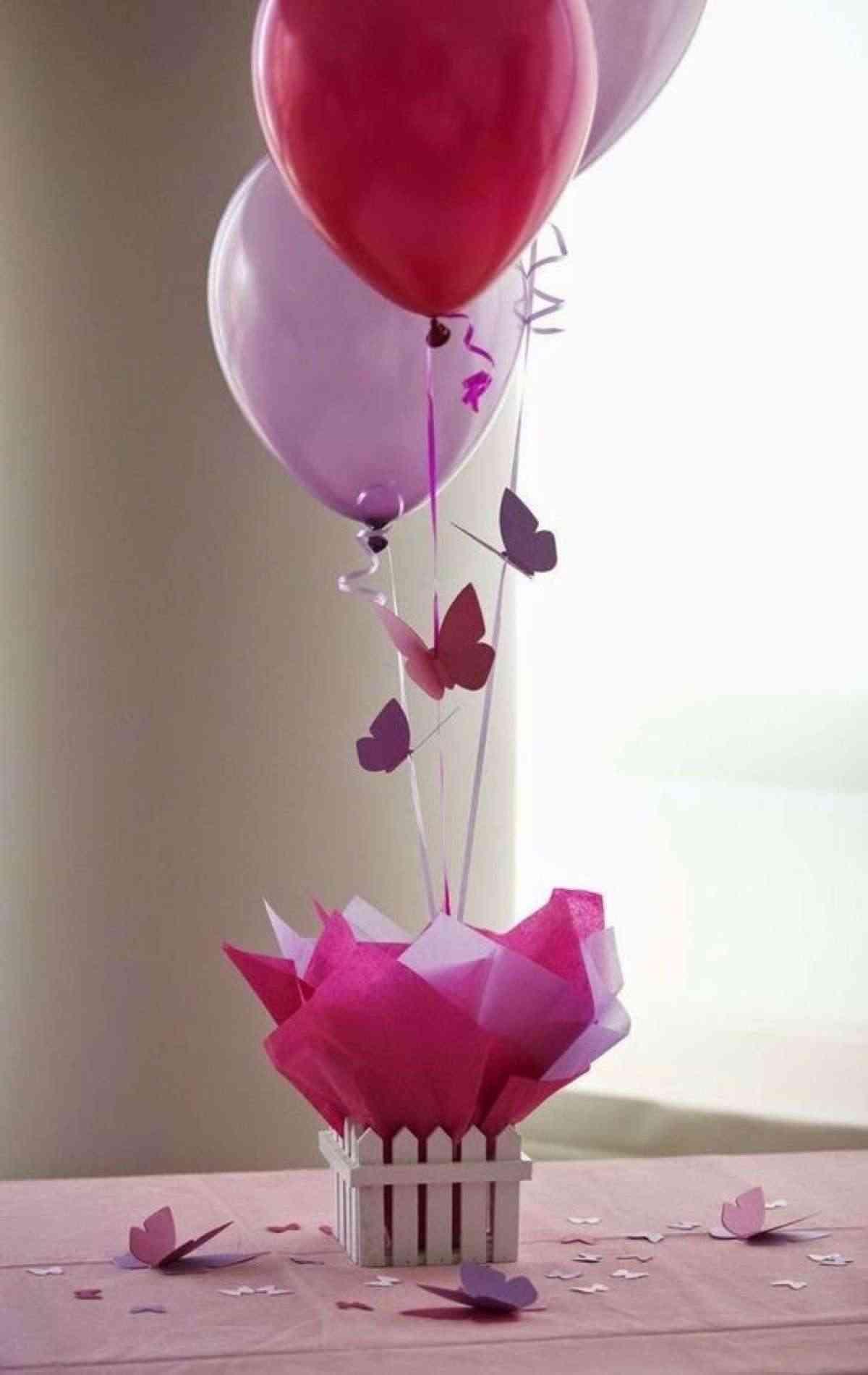 centro de mesa con globos para comunión