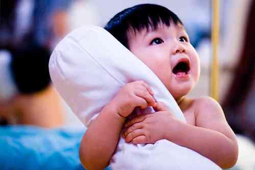 niño abrazando a una almohada