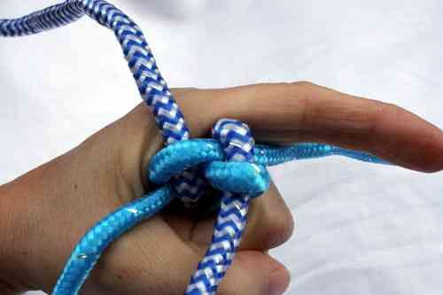 collar hecho de nudos