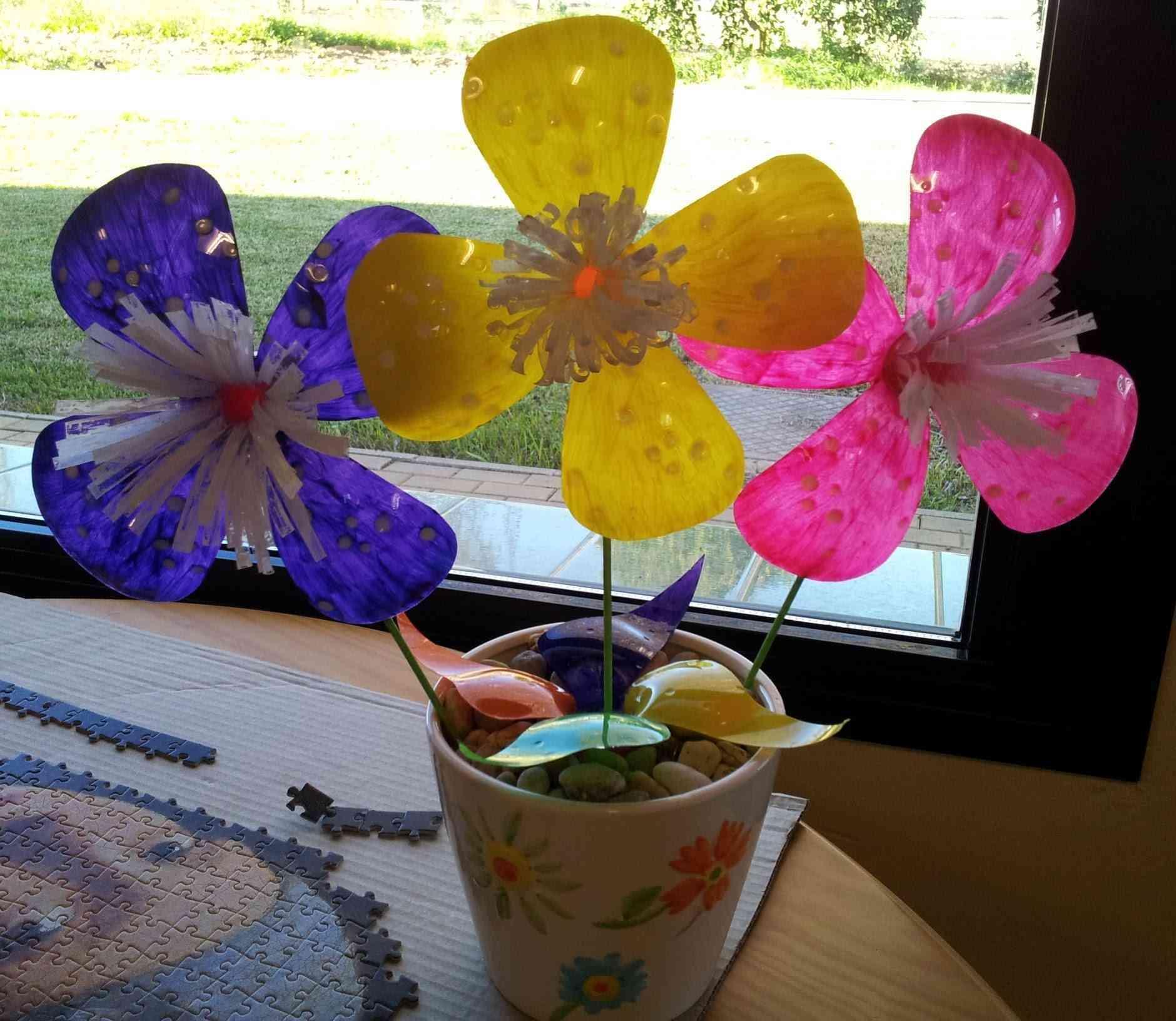 Cómo hacer flores originales con botellas de plástico