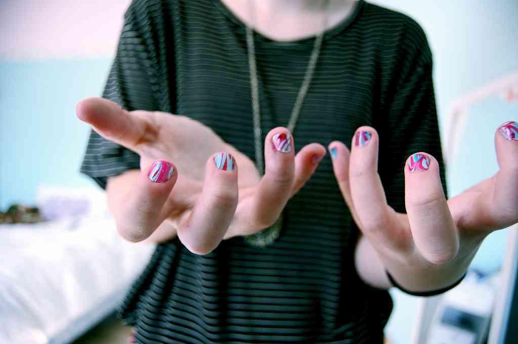 Cómo decorar uñas con agua ¡Ideas originales!