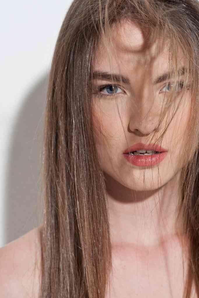 mujer con pelo suelto