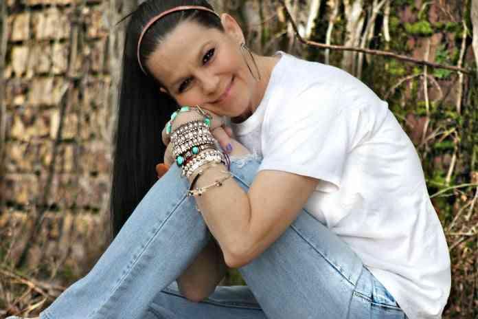 mujer con pulseras