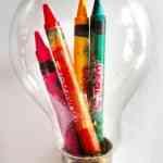 crayones en una bombilla