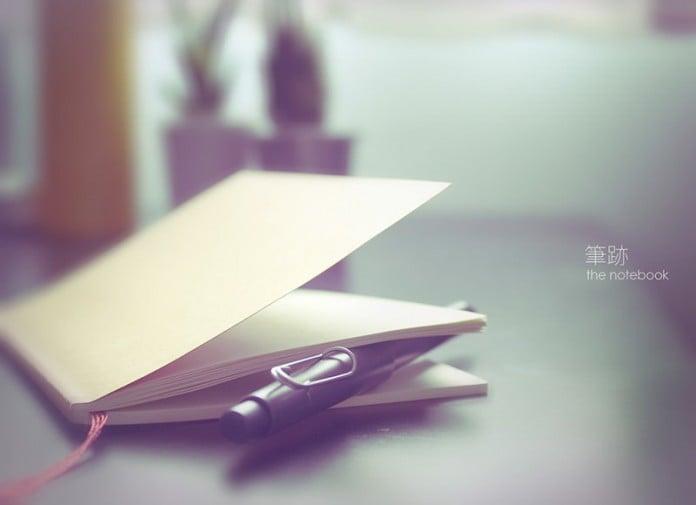 libreta semi abierta en color claro