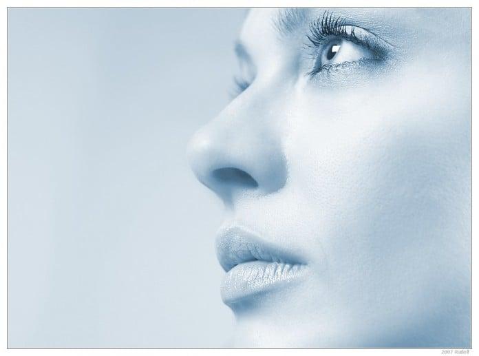 cara de mujer con un filtro azul