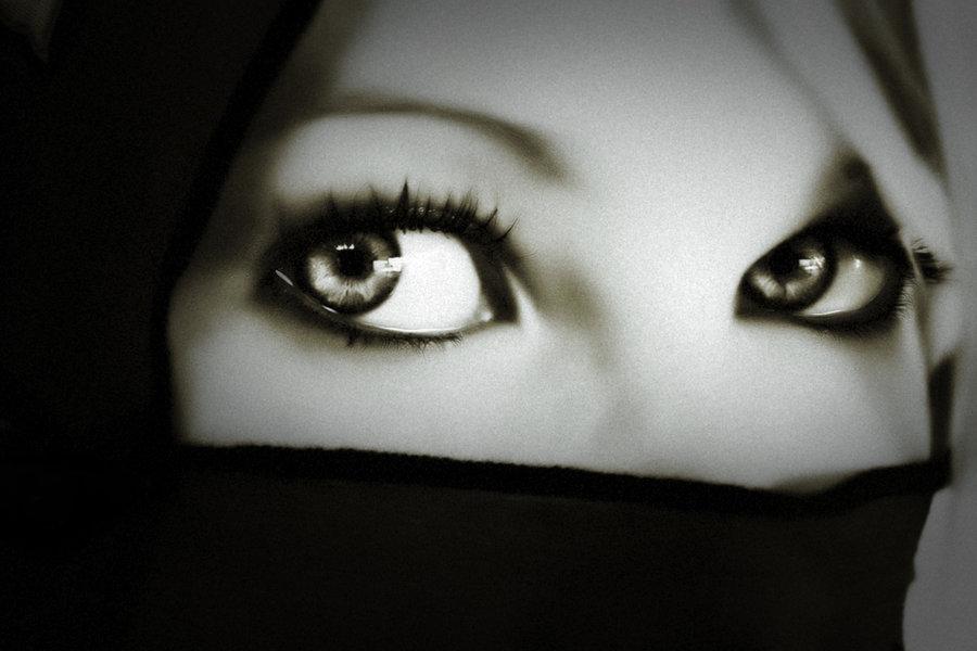 mujer con velo y ojos pintados