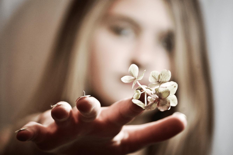 chica con flores en la uña