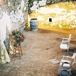 una boda decorada en dorado y en la calle