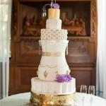 tarta con detalles en color dorado