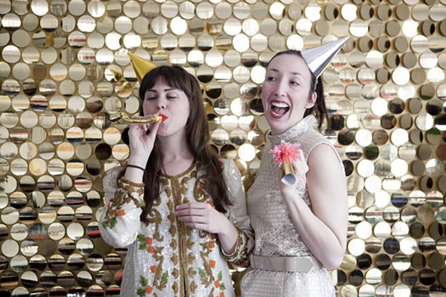plumas pintadas de oro para una boda