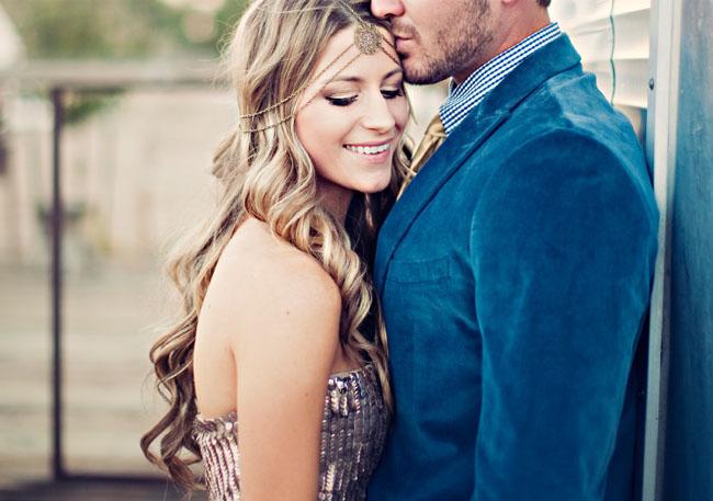 novios recien casados con trajes decorados en dorado