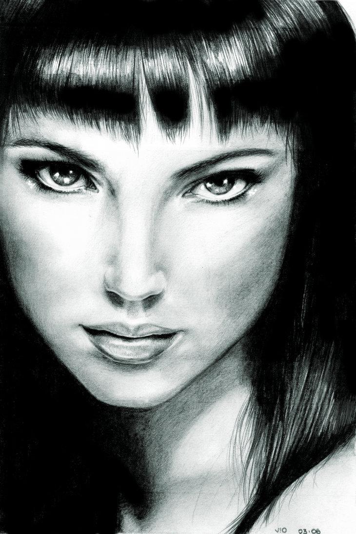 mujer de pelo oscuro pintada