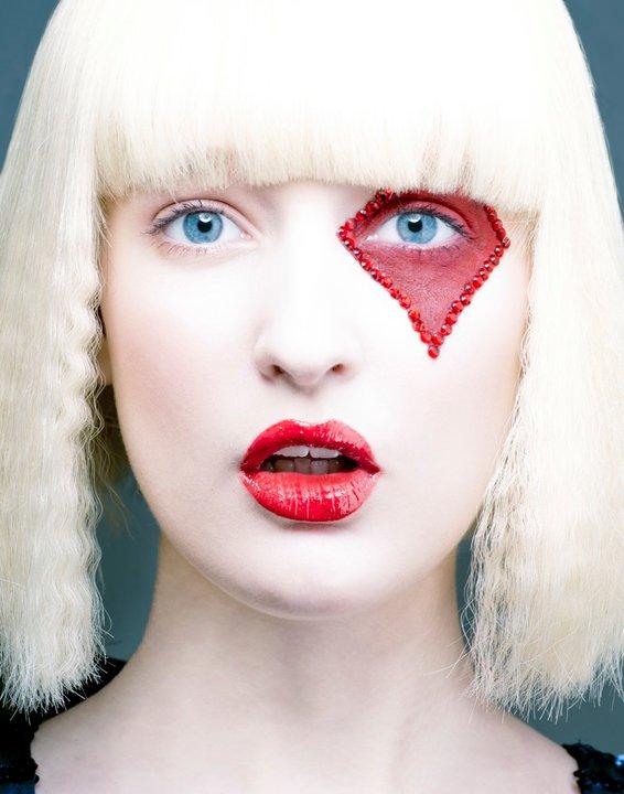 mujer con cabello rubio y pintada