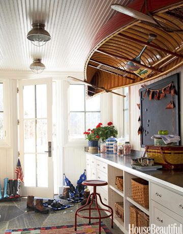 barca subida en el techo de una casa