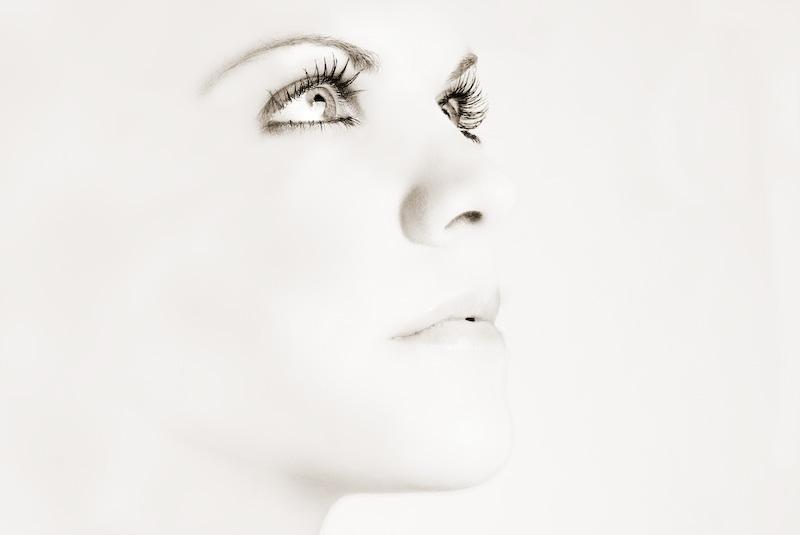 mujer mirando hacia arriba en una paleta de colores clara