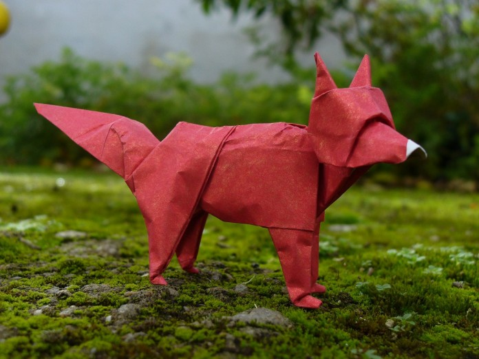 un zorro hecho de papel