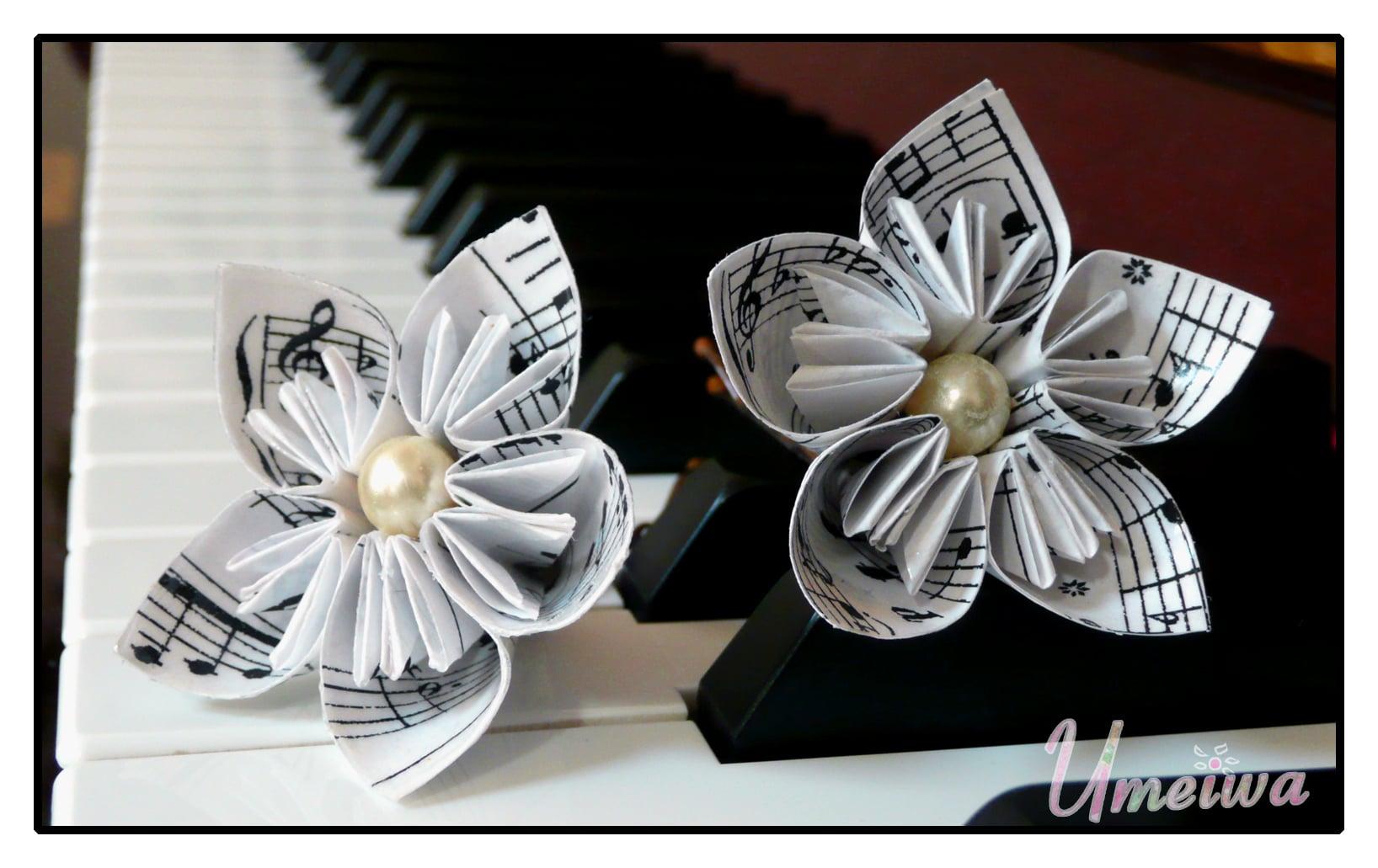 flores de papel sobre  las teclas de un piano