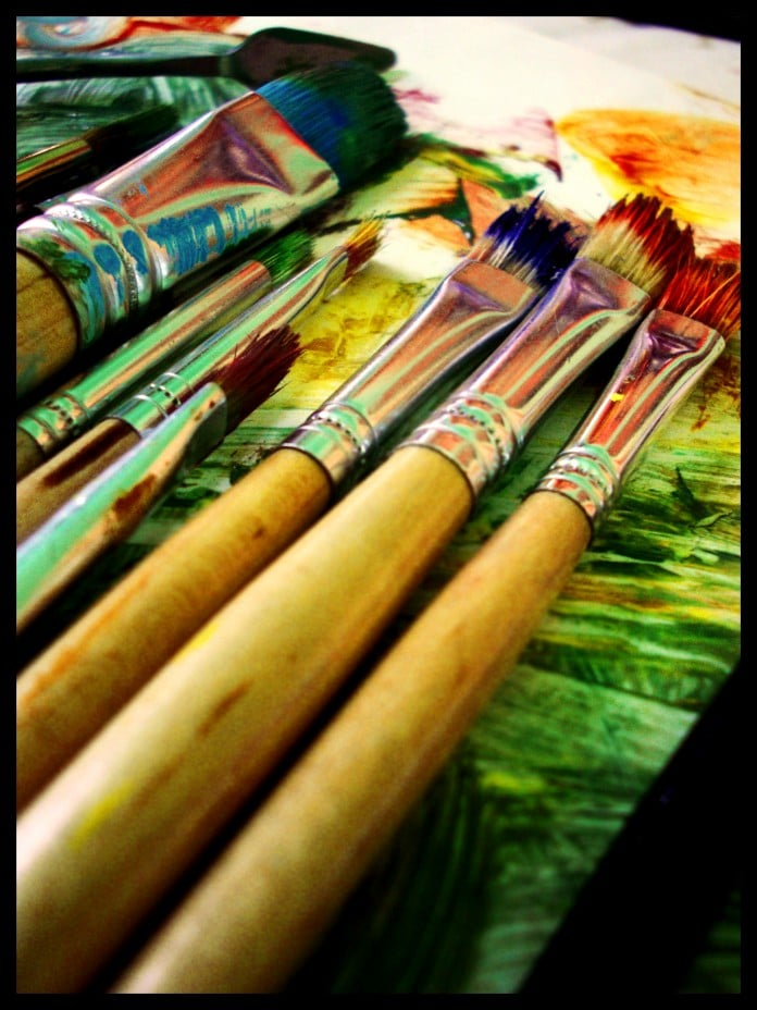 pinceles llenos de pintura