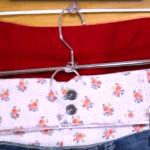ropa colgada en perchas