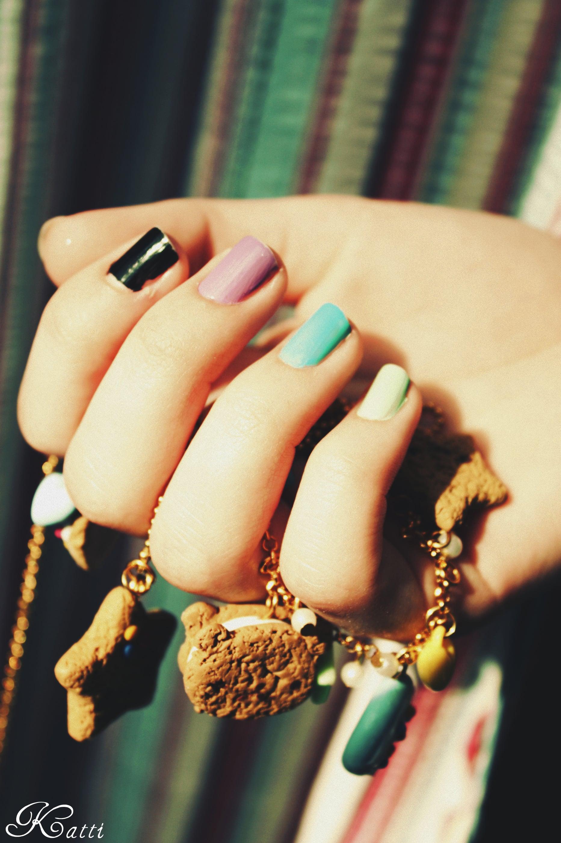 uñas pintadas de diferentes colores