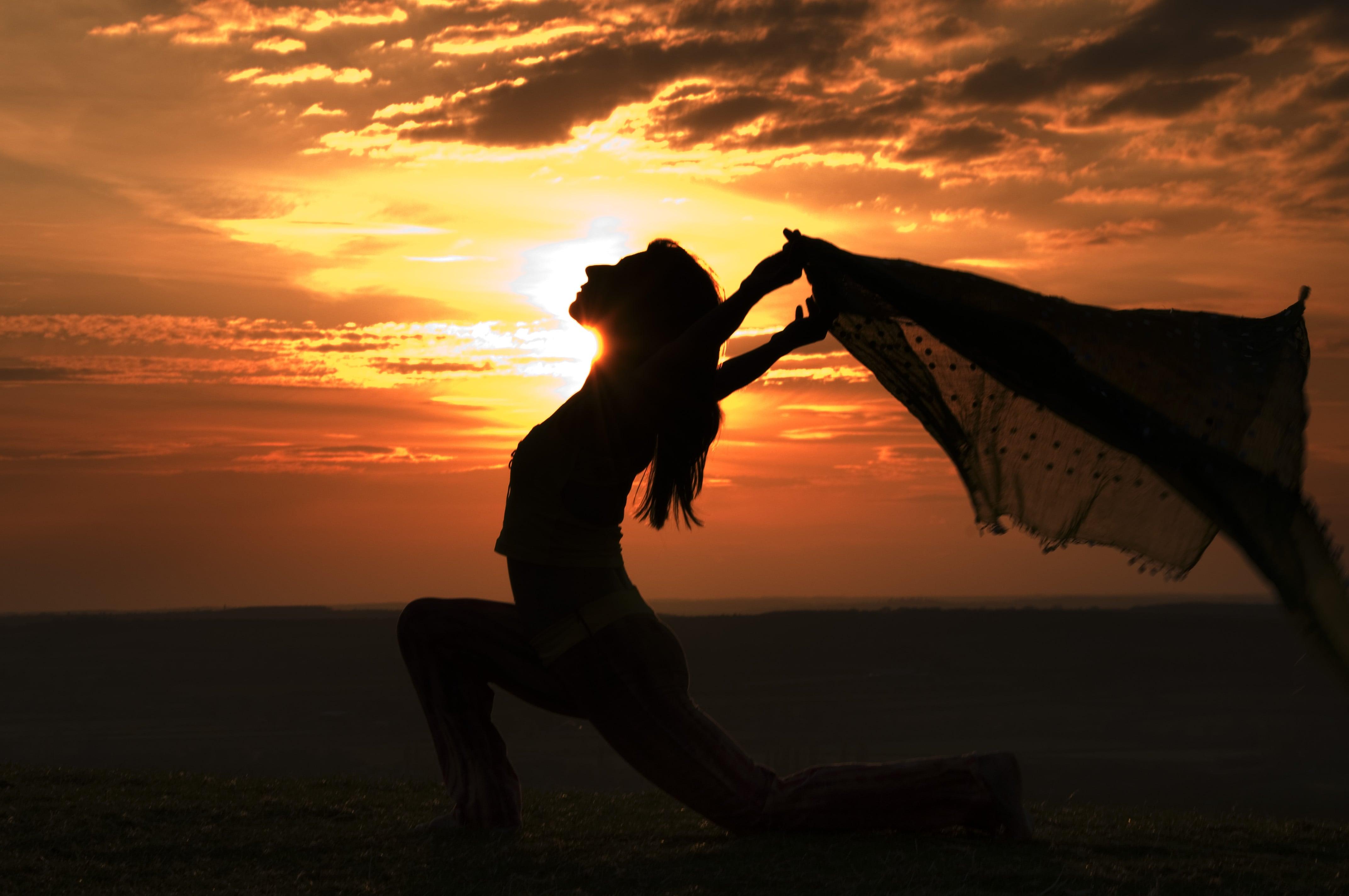 silueta de una mujer con un pañuelo