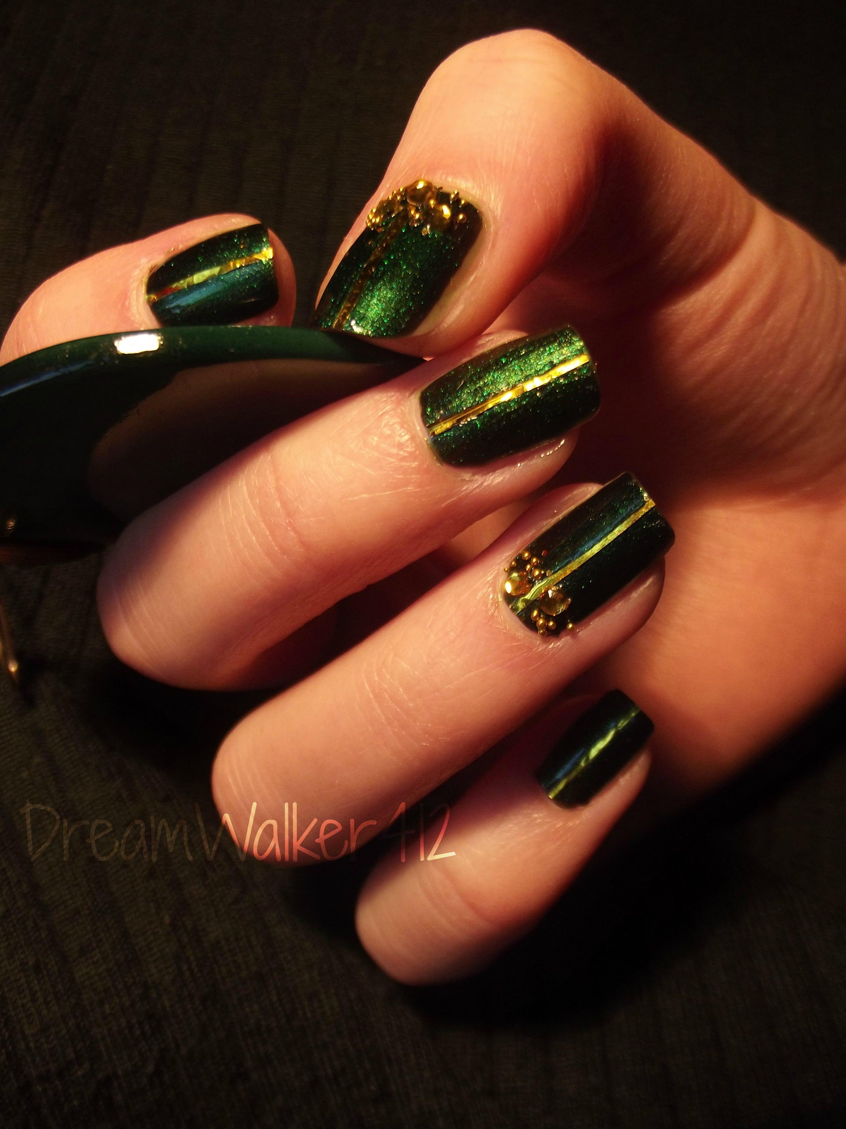 uñas pintadas en color verde oscuro