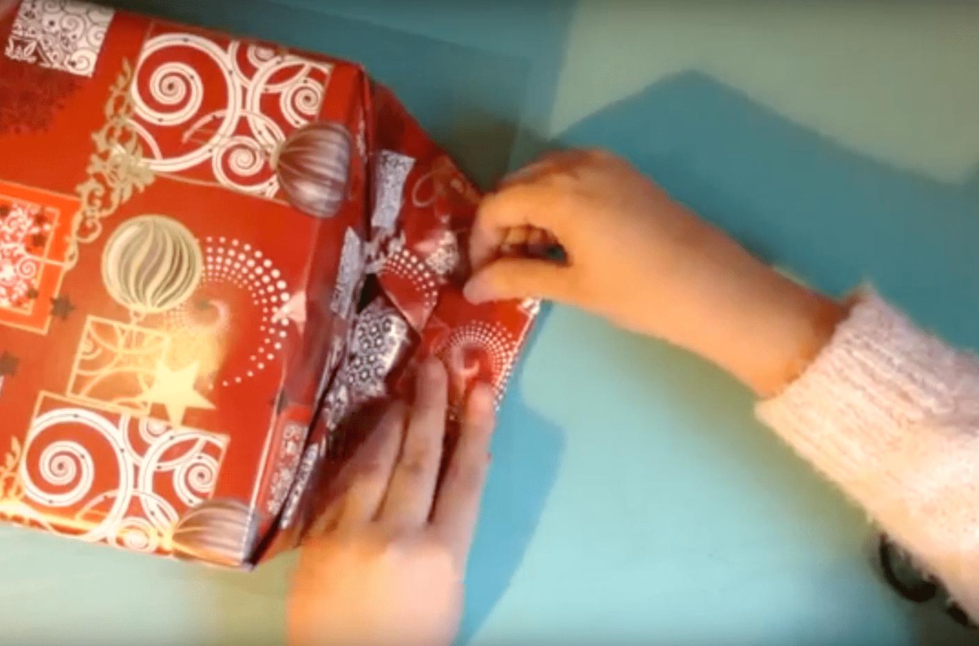 como envolver un regalo de Navidad