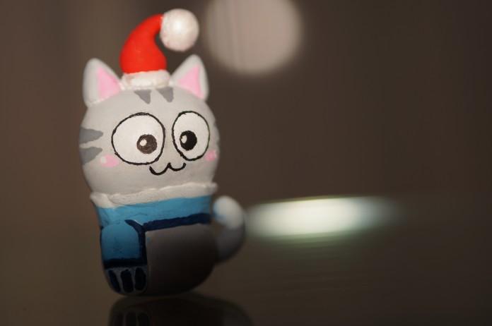 muñeco en forma de gato con un gorro navideño